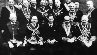 King_George_VI_with_Scottish_Freemasons-323x183.jpg